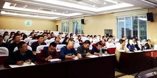 白塔中学初中年级召开第二期班主任论坛